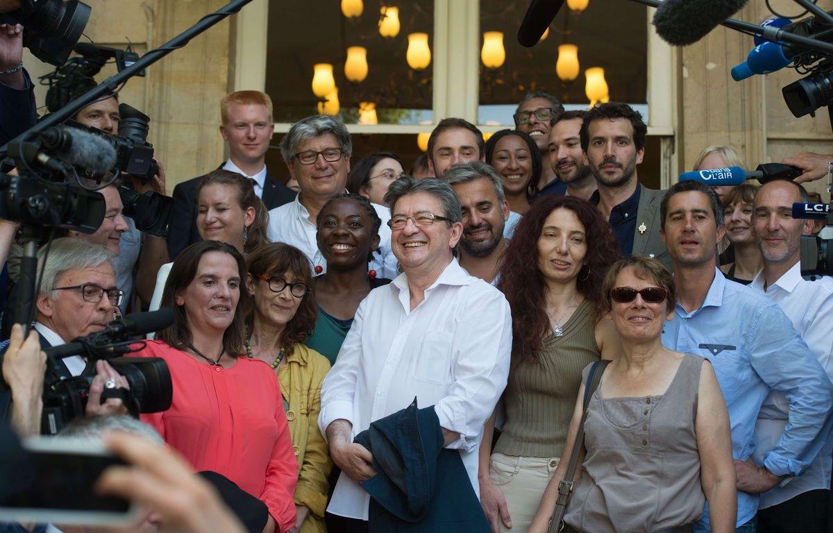 Les députes nouvellement élus de la France insoumise arrivent à l 'Assemblée nationale avec Jean-Luc Mélenchon à leur tête. – CHAMUSSY/SIPA