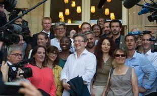 Les députes nouvellement élus de la France insoumise arrivent à l 'Assemblée nationale avec Jean-Luc Mélenchon à leur tête.