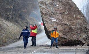Un énorme rocher bloque la circulation sur la N117, le 28 février 2015 menant aux stations des Menuires et Val Thorens depuis Moutiers