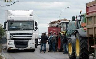 Des véhicules bloqués par des agriculteurs sur un point entre la France et l'Allemagne à Strasbourg, le 27 juillet 2015