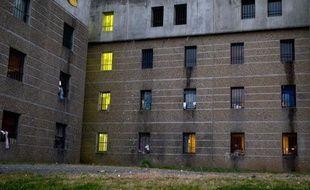 Plus de 100 prisonniers du groupe armé basque ETA étaient en grève de la faim, lundi en Espagne, une cinquantaine devant rejoindre le mouvement le même jour, par solidarité avec un autre détenu, malade et qui réclame sa libération, selon l'administration pénitentiaire.
