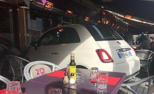 La voiture a fini sa trajectoire dans la terrasse d'un restaurant du centre-ville de Nice.
