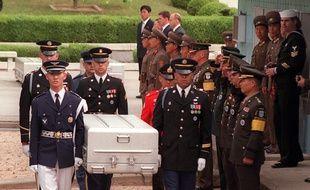 Les restes de soldats américains tués en Corée du Nord remis aux Etats-Unis, le 14 mai 1999.