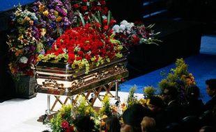 Commandé à l'entreprise qui avait déjà fourni le cercueil de James Brown, celui du Roi de la Pop, baptisé «Le Prométhéen» est estimé à 25.000 dollars.