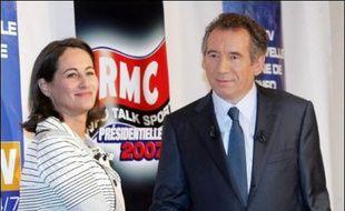 L'offensive menée par le PS contre la TVA sociale, à quatre jours du deuxième tour des législatives, a fait passer au second plan mercredi la polémique suscitée par la tentative de Ségolène Royal d'entrer en contact avec François Bayrou.