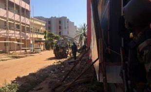 Troupes maliennes à proximité du Radisson Blue hôtel de Bamako.