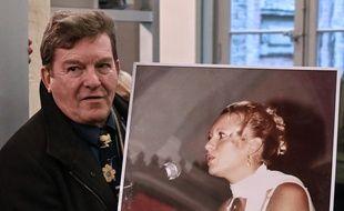 Amiens, le 21 novembre 2019. Jacky Kulik tient un grand portrait de sa fille, Elodie, lors de l'ouverture du procès de Willy Bardon, soupçonné de l'avoir violé et tué.