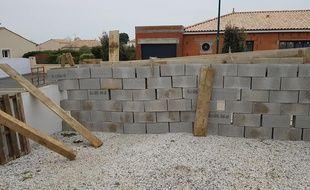 Le mur érigé en pleine nuit à l'entrée du domicile de la députée Patricia Gallerneau.