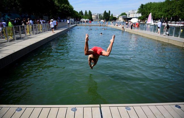 Un enfant plonge dans le bassin de la Villette