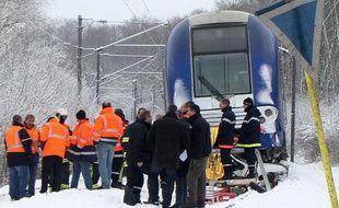 Un TER a percuté et trainé sur plusieurs centaines de mètres une voiture restée bloquée à un passage à niveau, à Recquignies, le 20 décembre 2010.