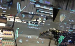 Dans le supermarché du futur, présenté par Coop à l'Exposition universelle de Milan, des écrans interactifs donnent les informations disponibles sur les produits.