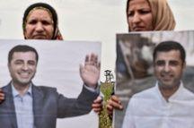 Des femmes portent des portraits du candidat pro-kurde Selehattin Demirtas, le 25 mai 2018 près d'Edirne où est emprisonné le candidat du parti HDP.
