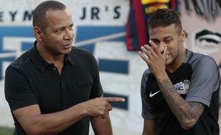 Neymar et son père lors d'une visite à l'Institute project du joueur, à Praia Grande (Sao Paulo), le 9 juillet 2016.