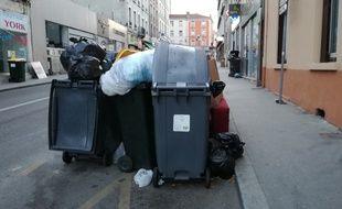 Dans plusieurs communes de la métropole, comme ici à Oullins, les poubelles s'entassent en raison de la grève des éboueurs de la métropole.