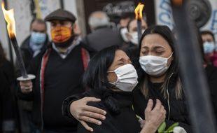 Saida et Linda, deux proches d'une des victimes des effondrements de la rue d'Aubagne, éclatent en sanglot lors de la cérémonie d'hommage