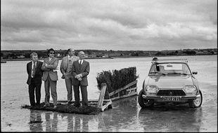 Pendant une course hippique, baie de Kernic, Plouescat, Finistère nord, 5 août 1973.