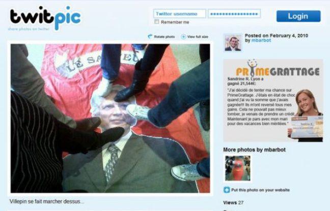 Photographie de militants de l'UMPpiétinant un portrait de Dominique de Villepin, diffusée sur Twitter, jeudi 4 février, 2010.
