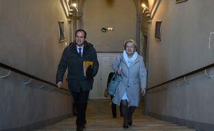 La maire de Bollène arrive au tribunal de Carpentras avec son chef de cabinet.  AFP PHOTO / BORIS HORVAT
