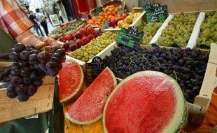Un rapport parlementaire sur la prévention de l'obésité envisage de moduler la fiscalité des aliments en fonction de leur qualité nutritionnelle, l'augmentant pour les produits trop gras, trop salés ou trop sucrés, et la baissant pour les fruits et légumes.