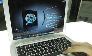Un internaute écoute de la musique en ligne via la plateforme Deezer.