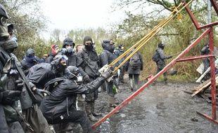 Les zadistes utilisent parfois une catapulte pour lancer des pierres sur les forces de l'ordre.
