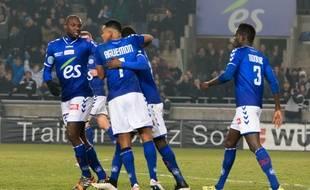 Les Strasbourgeois Ernest Seka, Yannick Aguemon et Abdallah N'Dour lors du derby face aux SR Colmar (3-1), le 13 février 2015 au stade de la Meinau.