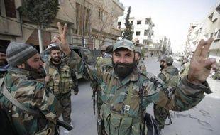 Un soldat syrien faisant le V de la victoire dimanche 16 mars dans les rues de Yabroud, locqlité stratégique à 75 km au nord de Damas, reprise aux rebelles par le régime d'Assad