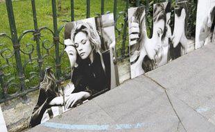Une exposition de photos de couples homosexuels a été vandalisée les 21 et 22juin, devant la mairie du 3e arrondissement de Paris.