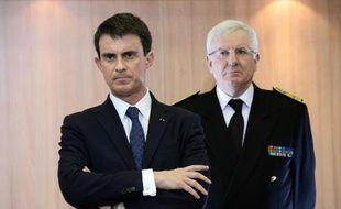 Manuel Valls (g) et le préfet de Paris Jean Daubigny le 16 février 2015 à Paris