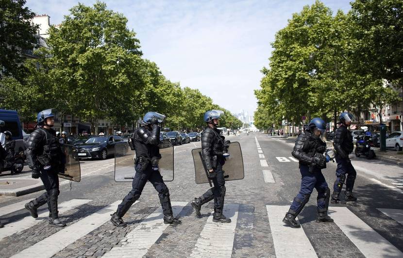 Police: Emmanuel Macron envisage de «repenser» des méthodes d'intervention