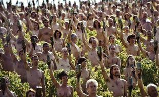 Une bouteille de vinà la main, plus de 700 volontaires ont posé nus, samedi, dans les vignes de Fuissé (Saône-et-Loire).  Organisé par Greenpeace pour dénoncer le réchauffement climatique, l'événement a été immortalisé par le photographe américain  Spencer Tunick, déjà venu à Lyon en 2005 pour la biennale d'art contemporain.