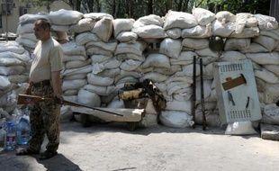 Le 28 mai 2014, une barricade érigée par des militants pro-russes à Donetsk dans l'est de l'Ukraine, où une anarchie rampante s'installe peu à peu