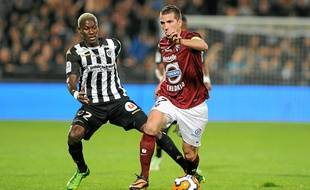 Mohamed Yattara (à g., à la lutte avec le Messin Romain Rocchi) a inscrit onze buts la saison dernière avec Angers.