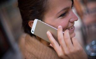 Une jeune femme utilisant son téléphone portable