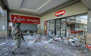 Un militaire devant un magasin pillé à Johannesburg, le 13 juillet 2021.