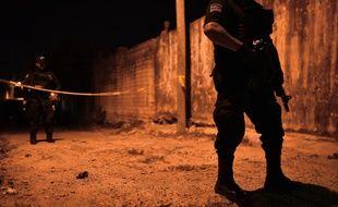 Des membres de la police municipale de Minatitlan (Etat de Veracruz au Mexique) patrouillent à l'extérieur du bâtiment où 13 personnes ont été abattues par un groupe armé le 19 avril 2019.