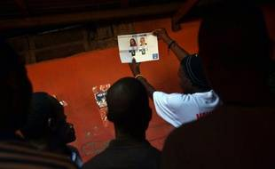 Décompte des bulletins de vote, le 25 octobre 2015 à Port-au-Prince, à l'issue des élections générales qui se sont déroulées dans le calme