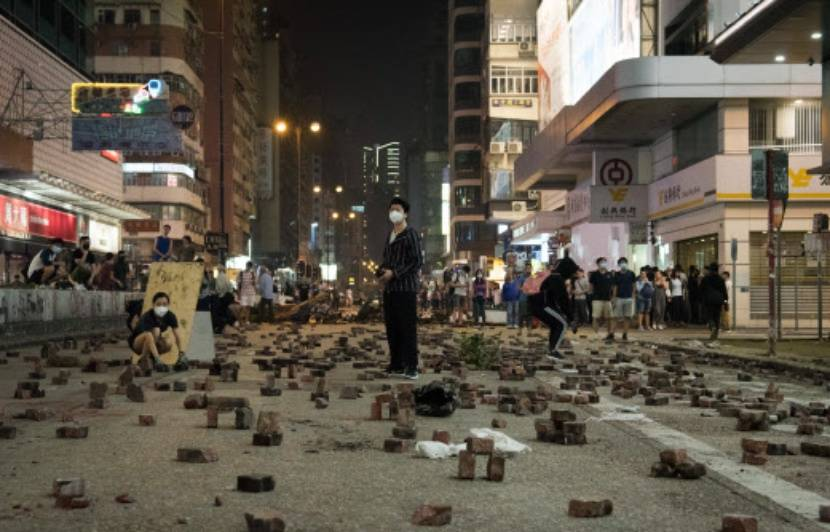 A Hong Kong, les manifestants utilisent-ils vraiment des briques et de la glue contre la police ?