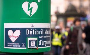 Un défibrillateur installé en ville (illustration).
