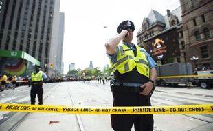 La police de Toronto a sécurisé la ville après qu'un coup de feu a été tiré lors du défilé des Raptors  à Toronto, le 17 juin 2019.