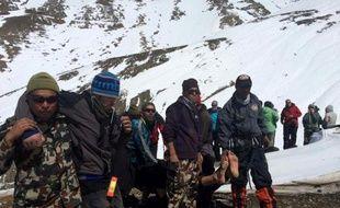 Photo réalisée par l'Armée népalaise le 17 octobre 2014, montrant un randonneur blessé lors de la tempête de neige à Manang, sur le circuit du tour des Annapurnas, conduit vers un hélicoptère