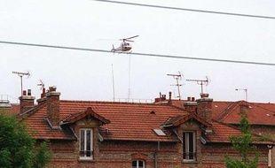 Un hélicoptère procède, le 27 mai 2001, au-dessus de la prison de  Fresnes, au largage d'armes et de gilets pare-balles, qui ont servi à la  prise d'otages de trois surveillants par deux détenus, dont Christophe Khider. Son frère Cyril, est son complice.