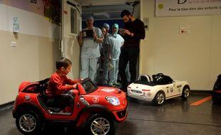 Les enfants vont au bloc en voiturette électrique au CHU de Montpellier
