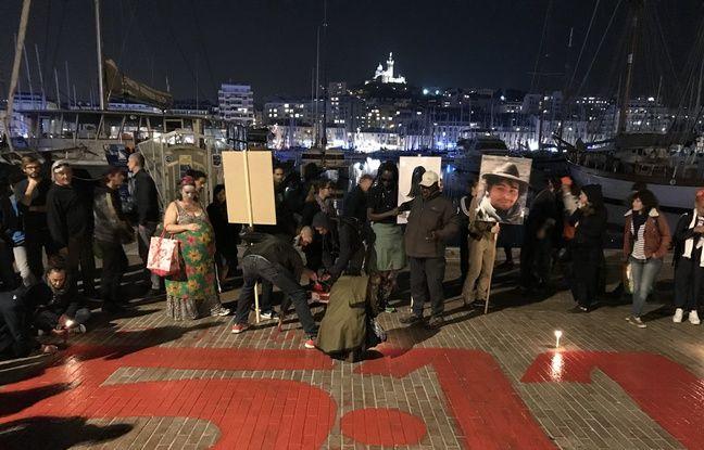 Les proches des victimes ont peint la date 5.11.18 et le noms des victimes devant la mairie de Marseille.