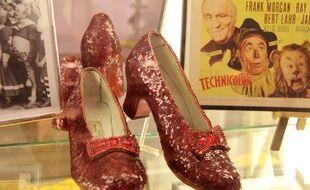 L'une des paires de souliers de rubis portée par l'actrice Judy Garland dans le Magicien d'Oz a été dérobée en 2005 dans un musée de Grand Rapids, dans le Minnesota.