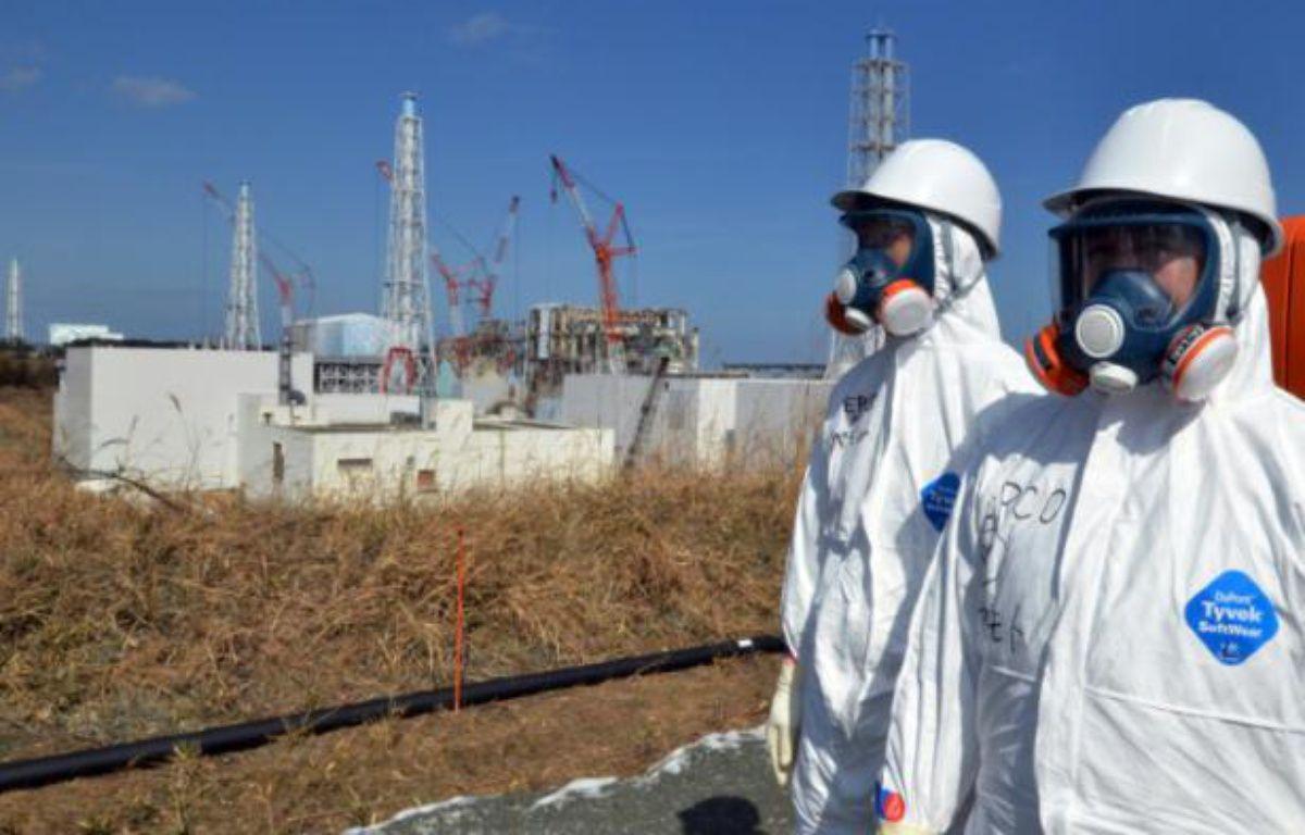 Des travailleurs de Tepco devant l'ancienne centrale nucléaire de Fukushima, le 28 février 2012 dans le nord du Japon – Yoshikazu Tsuno POOL