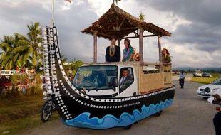 Le prince William et Kate ont poursuivi dimanche, d'apparence imperturbables, leur tournée en Asie-Pacifique, malgré la publication dans plusieurs pays de photos de la duchesse seins nus, dont ils vont tenter d'endiguer la diffusion lundi devant la justice française.