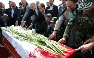 Des officiels iraniens prient sur le cercueil d'un des pèlerins tués dans la bousculade de la Mecque, le 3 octobre 2015, lors d'une cérémonie pour leur rapatriement, à l'aéroport de Téhéran