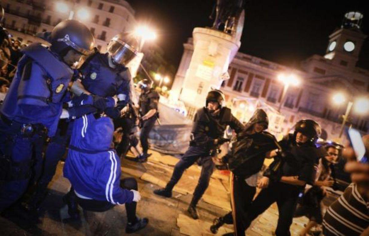 En quelques minutes, les policiers anti-émeutes ont évacué les manifestants restés sur la place en dépit de l'interdiction officielle qui les obligeait à quitter les lieux samedi à 22H00. – Pedro Armestre afp.com