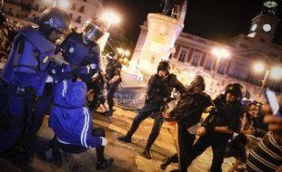 En quelques minutes, les policiers anti-émeutes ont évacué les manifestants restés sur la place en dépit de l'interdiction officielle qui les obligeait à quitter les lieux samedi à 22H00.